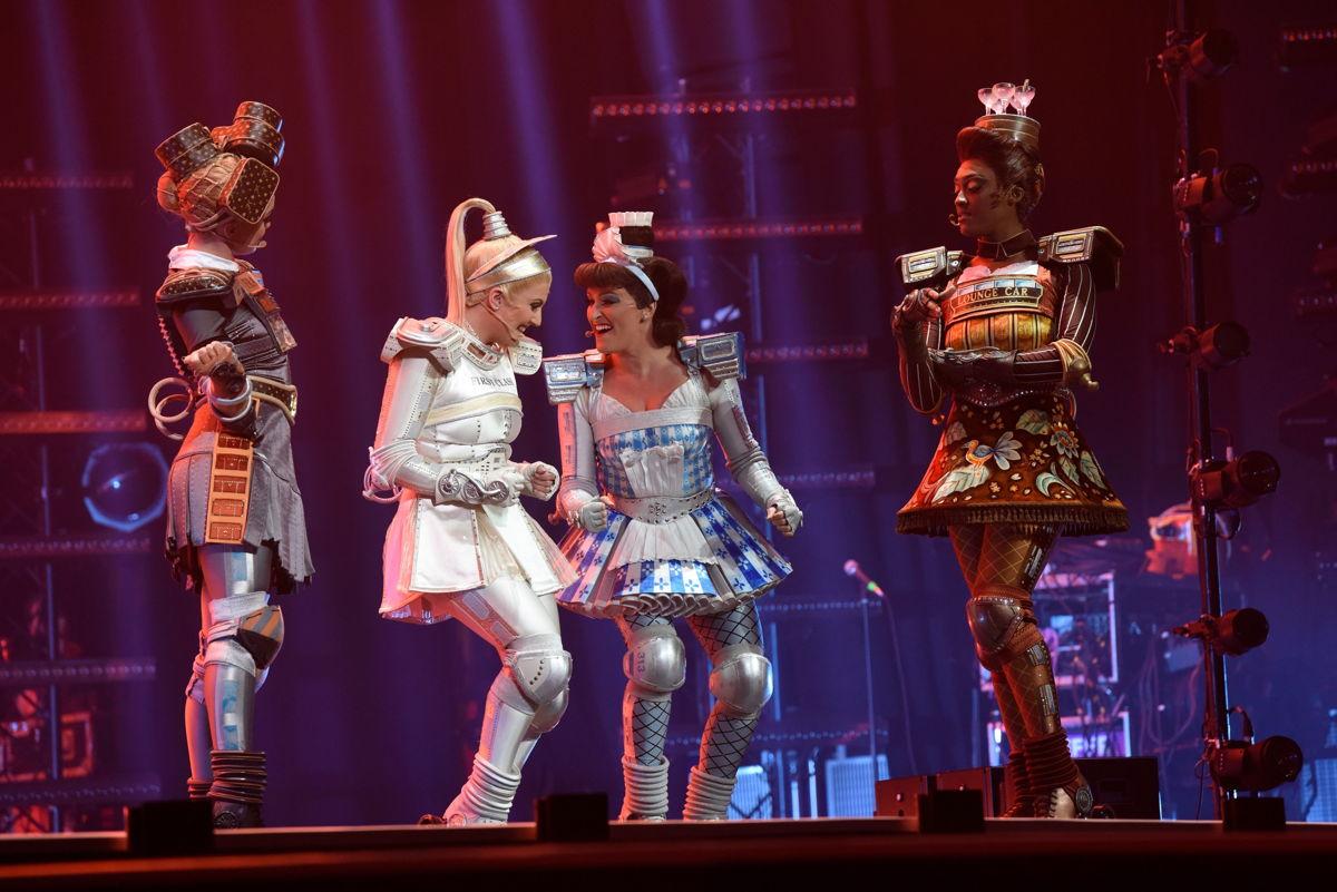 """Die Mitglieder des Musical-Ensembles von """"Starlight Express"""" setzten bei ihrem LEA-Auftritt auf den Taschensender SK 6212 © Ben Pakalski Fotografie"""