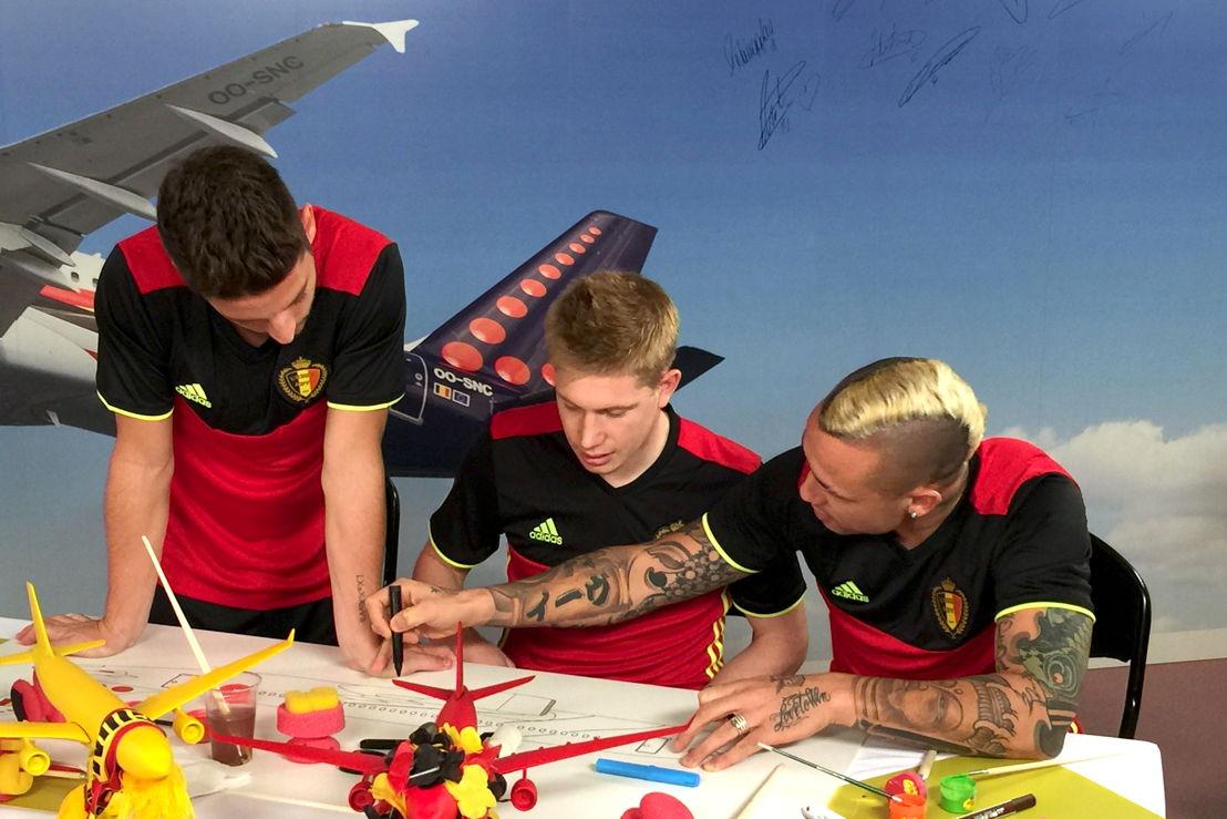 """Les Diables Rouges travaillent sur le dessin de """"leur"""" avion"""