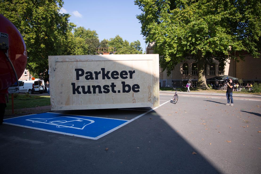 Vlaamse overheid en Famous roepen met parkeerkunst op om parkeerplaatsen voor mensen met een handicap te respecteren