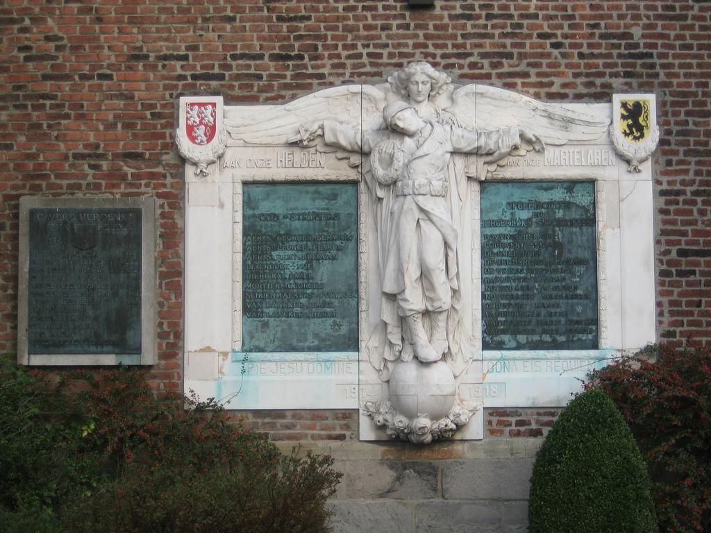 het oorlogsmonument van Gavere dat zal gerestaureerd worden met de subsidie 'werkzaamheden aan klein historisch erfgoed'