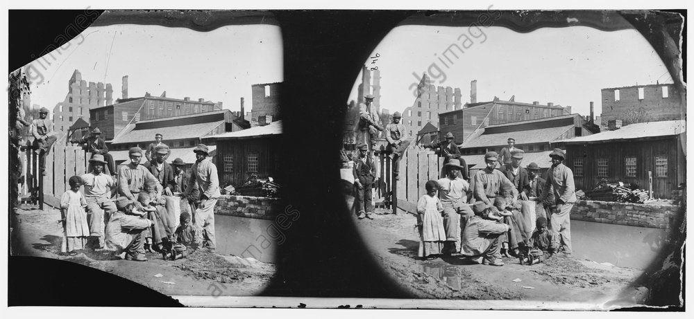 A group of freed slaves Richmond, Virginia, 1865 / AKG1042255