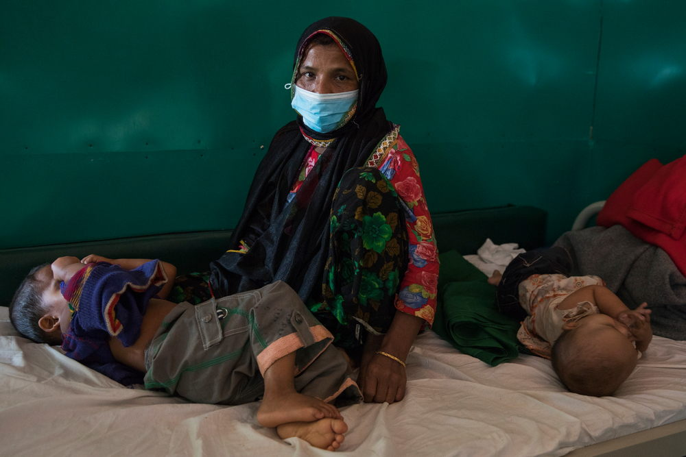 Chalima Khatun, 30 jaar, heeft haar twee kinderen binnengebracht in het behandelingscentrum voor difterie van AZG. Beide kinderen liepen de ziekte op. © Anna Surinyach