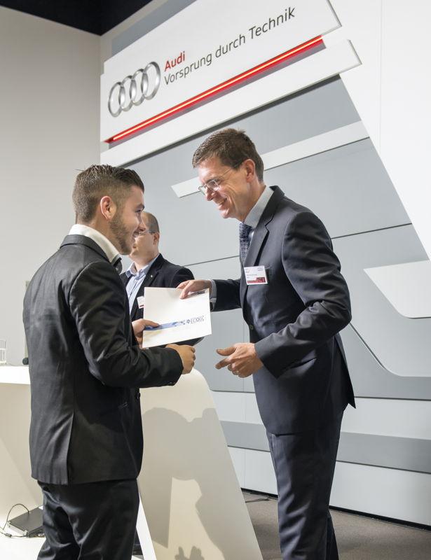 Michael Schmid overhandigt diploma aan