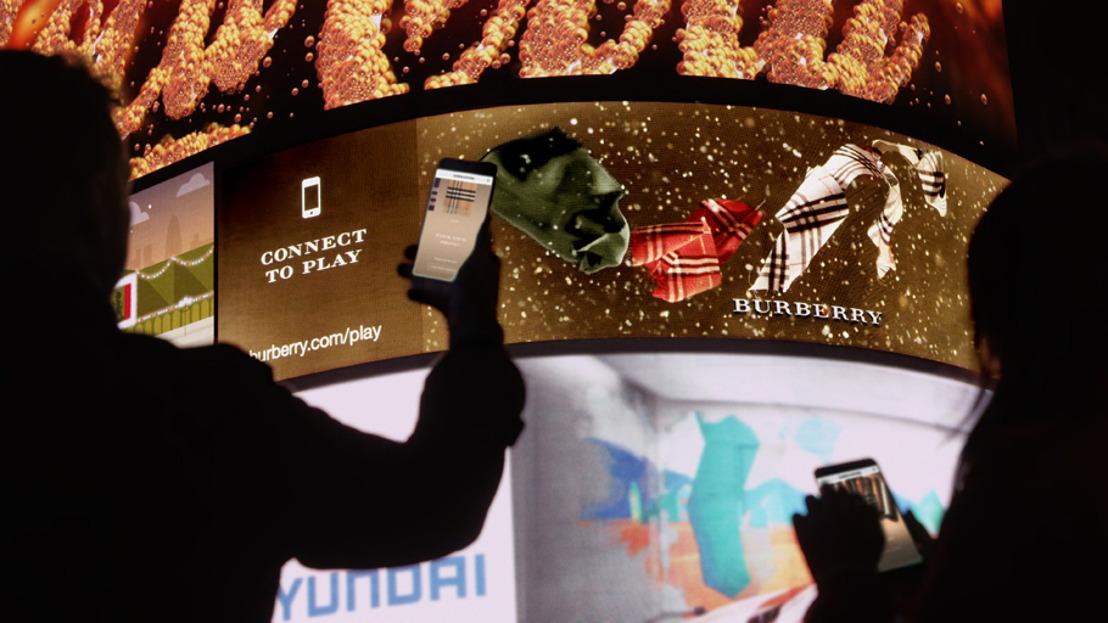 Burberry se asocia con DreamWorks Animation y NOVA para crear la primera campaña de marketing de lujo interactiva, utilizando tecnología 3D