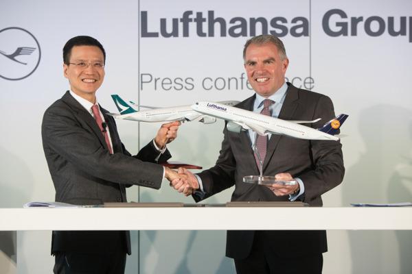 國泰航空行政總裁朱國樑及漢莎航空集團執行委員會主席兼首席執行官卡斯滕·施波爾今日於德國 法蘭克福新聞發布會上簽訂合作協議。