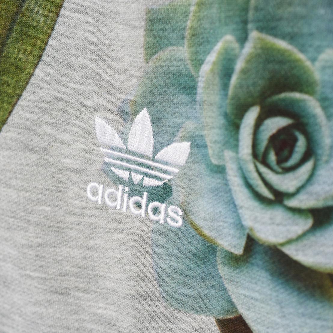 La primavera se vive con el estilo floral de adidas Originals