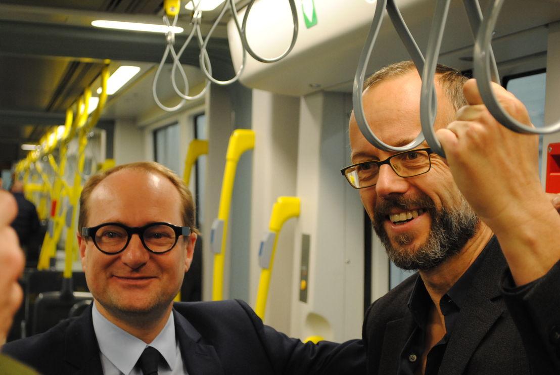 (vlnr) Vlaams minister van Mobiliteit Ben Weyts en schepen van Mobiliteit van de stad Gent Filip Watteeuw keuren de nieuwe Flexity 2-tram van De Lijn.