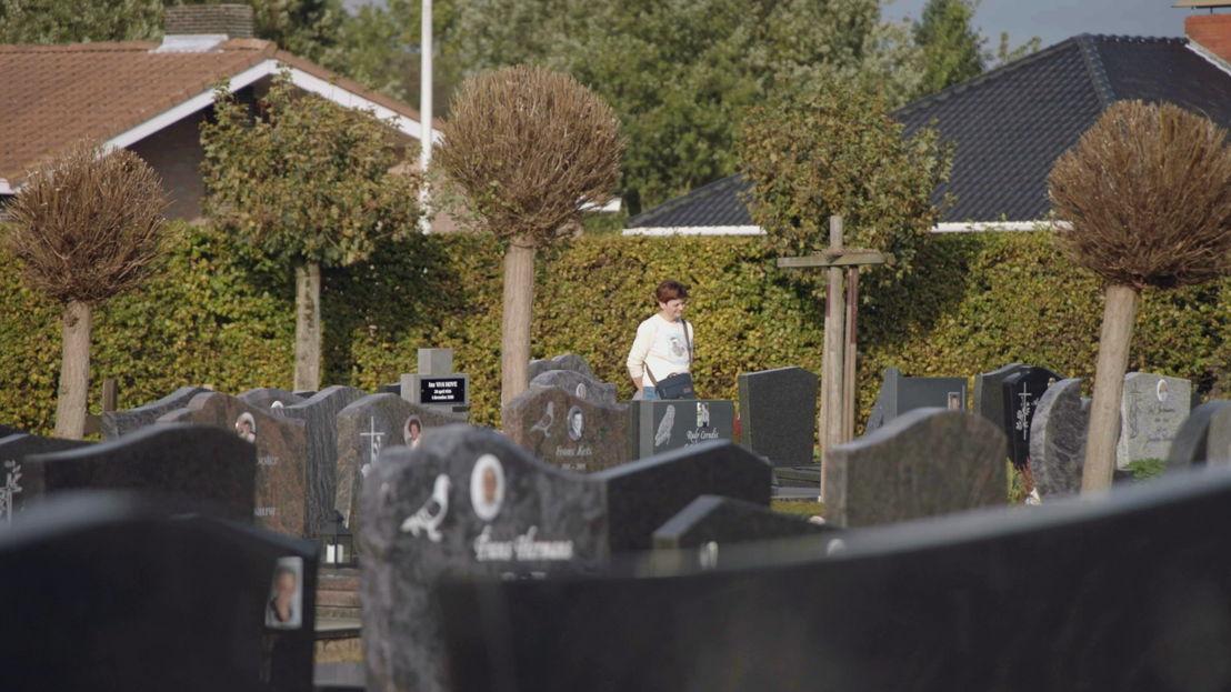Annemie Van Camp bezoekt het graf van haar broer - (c) VRT
