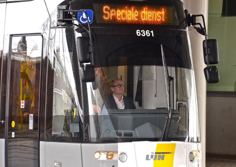 Minister Ben Weyts aan het stuur van de nieuwe Gentse Albatrostram. (c) Lou Demeyere