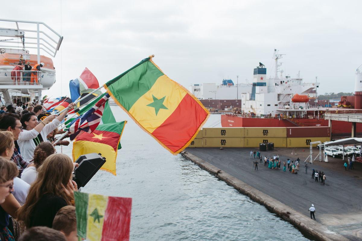 Die Africa Mercy, das grösste zivile Spitalschiff der Welt, erreicht den Hafen von Dakar im Senegal.