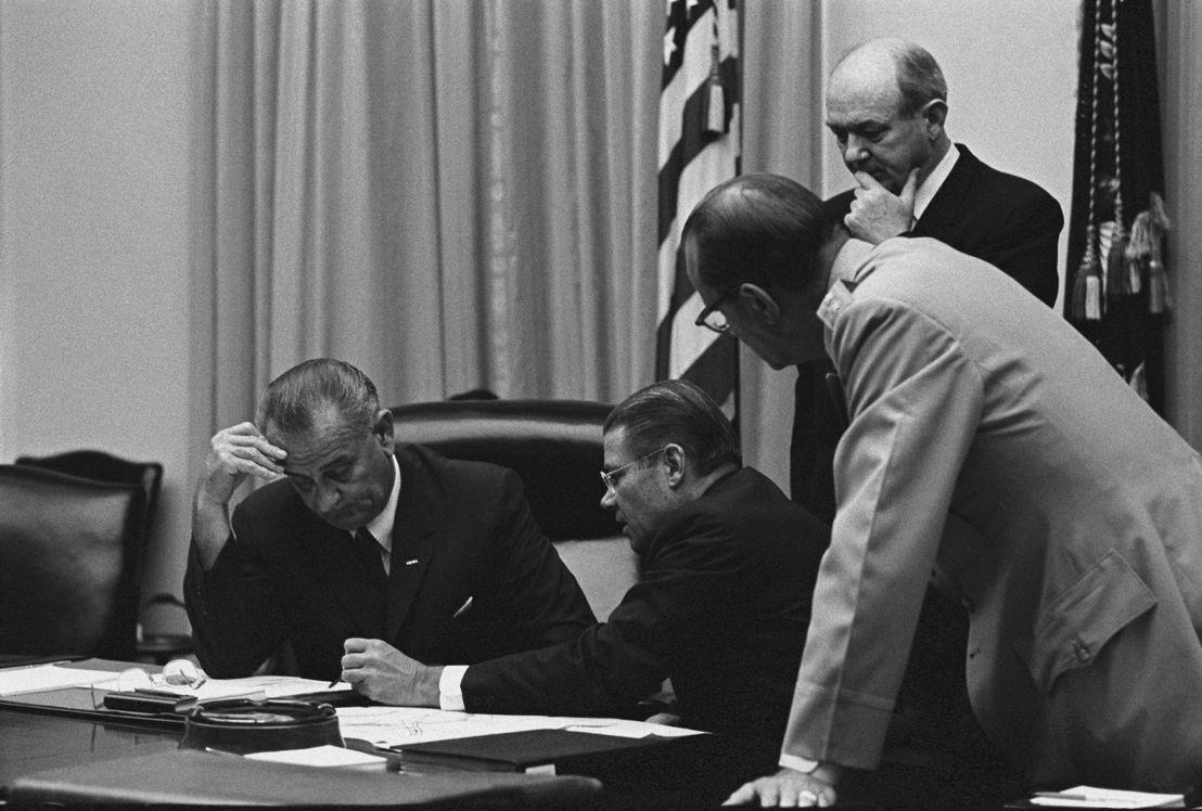 The Vietnam War - Aflevering 3: President Lyndon Johnson, minister van defensie McNamara  1965 - (c) LBJ Presidential Library