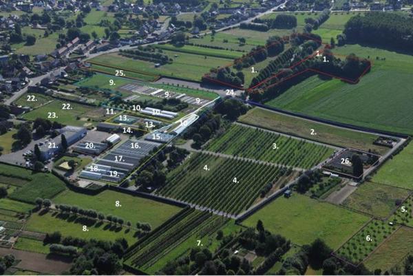 Luchtfoto Proefcentrum met aanduiding gronden en serres