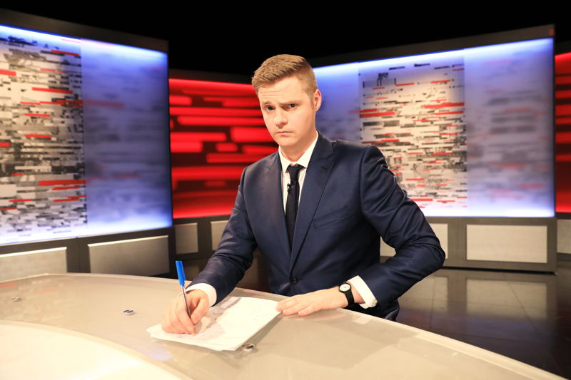Tonightly With Tom Ballard - Tom desk 2