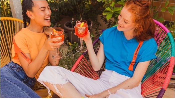 Preview: Aperol Spritz lanceert een gloednieuwe capsulecollectie met onmisbare items voor memorabele momenten met vrienden