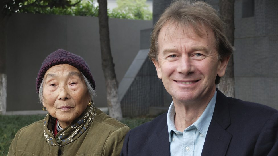 Michael Wood en mevrouw Chen in Nanjing- (c) BBC Worldwide