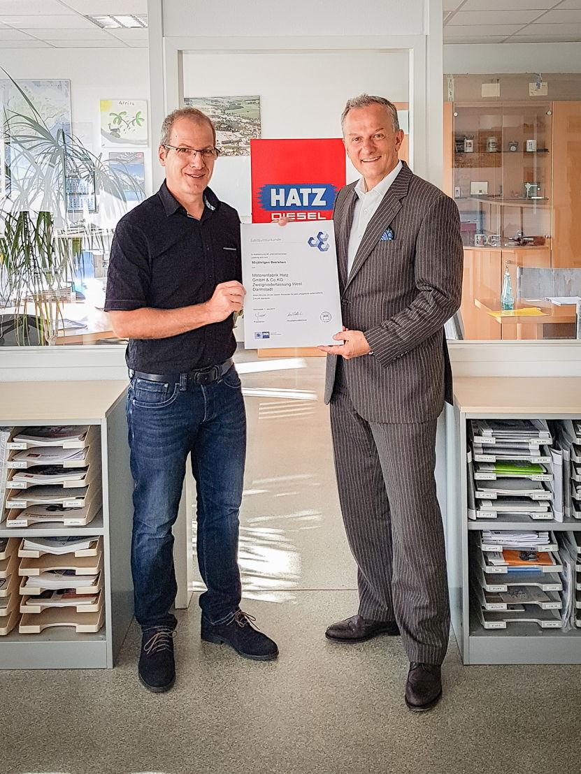 Hans-Heinrich Benda, Geschäftsbereichsleiter für Aus- und Weiterbildung der IHK Darmstadt (rechts), überreicht Kai Hopfensberger, Niederlassungsleiter Hatz West, die Urkunde zum 50-jährigen Bestehen