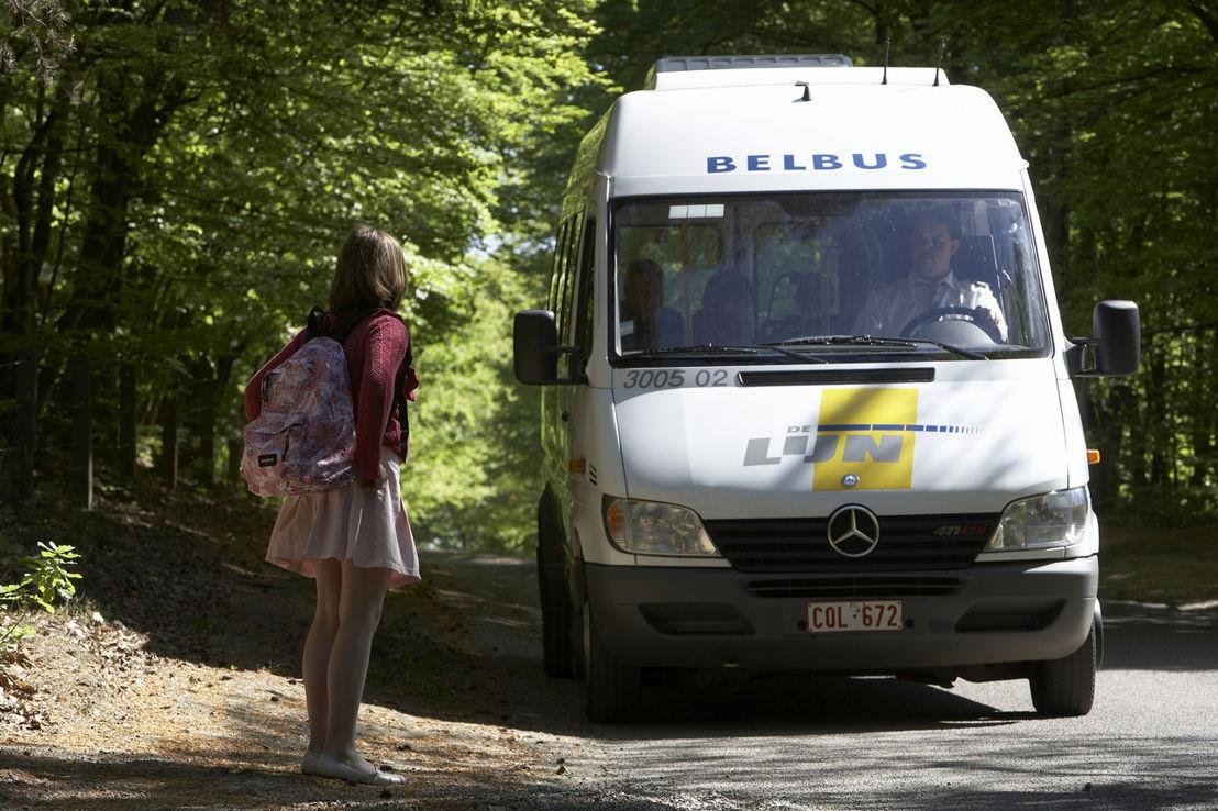 Meisje wordt opgehaald door een belbus (foto: Stefaan Van Hul)