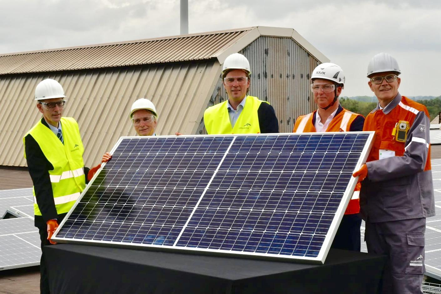 Eneco et ArcelorMittal installent la plus grande surface de panneaux solaires sur un toit en Belgique