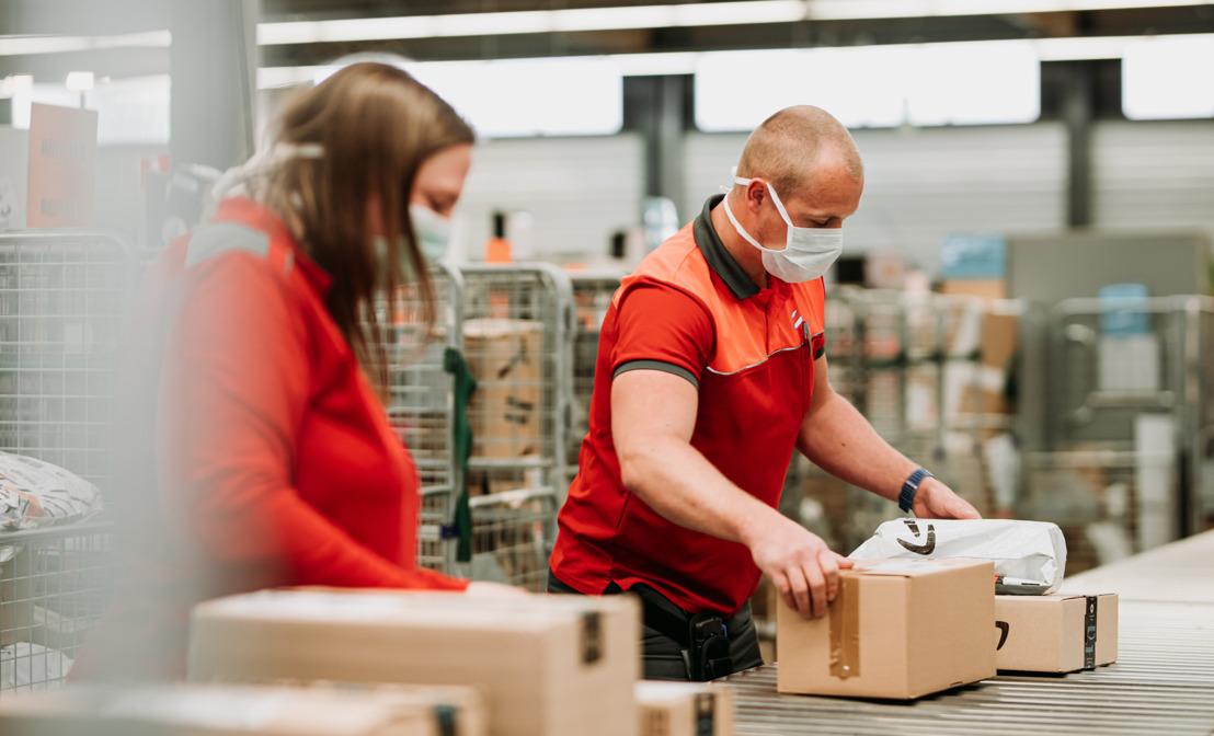 Augmentation spectaculaire des achats en ligne : bpost veut distribuer un maximum de colis et demande aux consommateurs un coup de pouce en venant temporairement chercher eux-mêmes certains colis.
