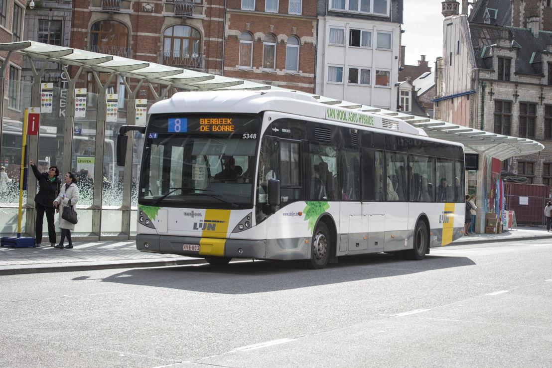 Een hybride (dieselelektrische) bus aan het Rector De Somerplein in Leuven.