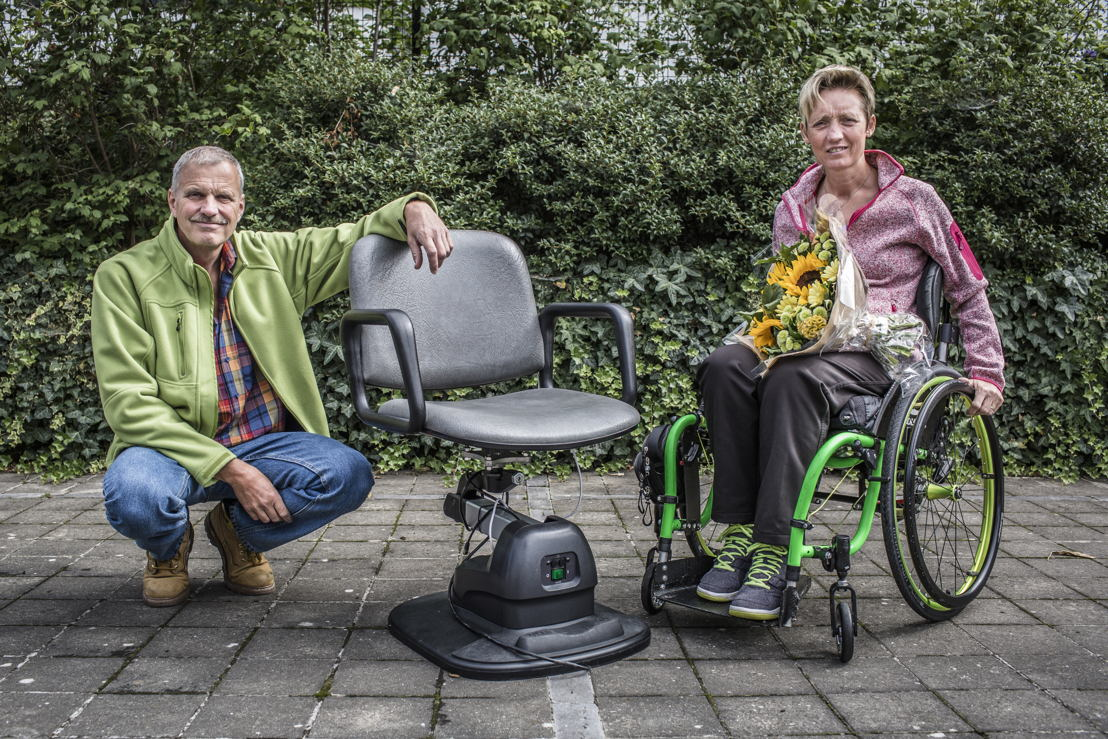 Frank et Ingrid avec la chaise de coiffeur hydraulique © Frédéric Pauwels