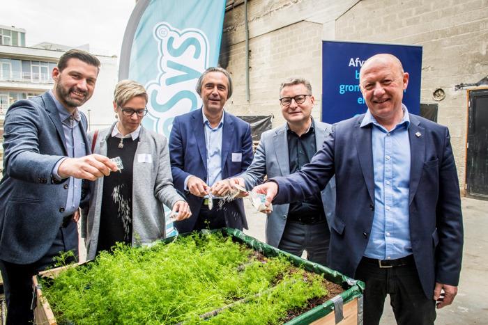Plas van Minister Koen Van den Heuvel geeft kruidentuin een boost