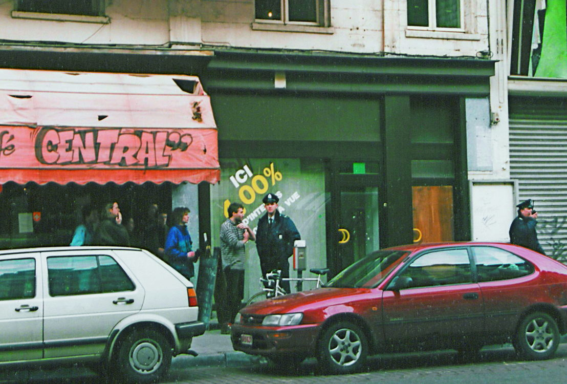 De bezetting van Hôtel Central, 1996. Patrick Moyersoen overlegt met de politie. Foto Beursschouwburg