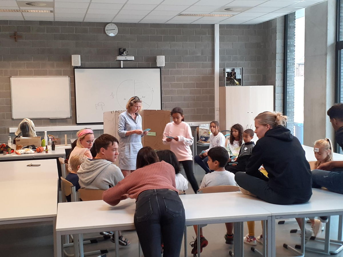 De kinderen krijgen taalles Nederlands
