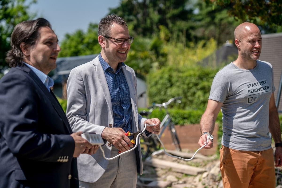 de gauche à droit: Laurent Meertens (Befutura), Joost Venken (l'échevin du Climat de Hasselt) Sebastian Matoso (Befutura)