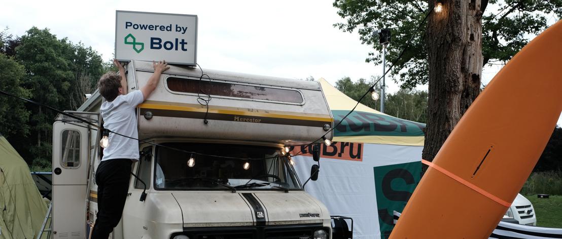 Bolt en StuBru slaan handen in elkaar voor eerste radioshow volledig op groene energie met mobiel zonnepark