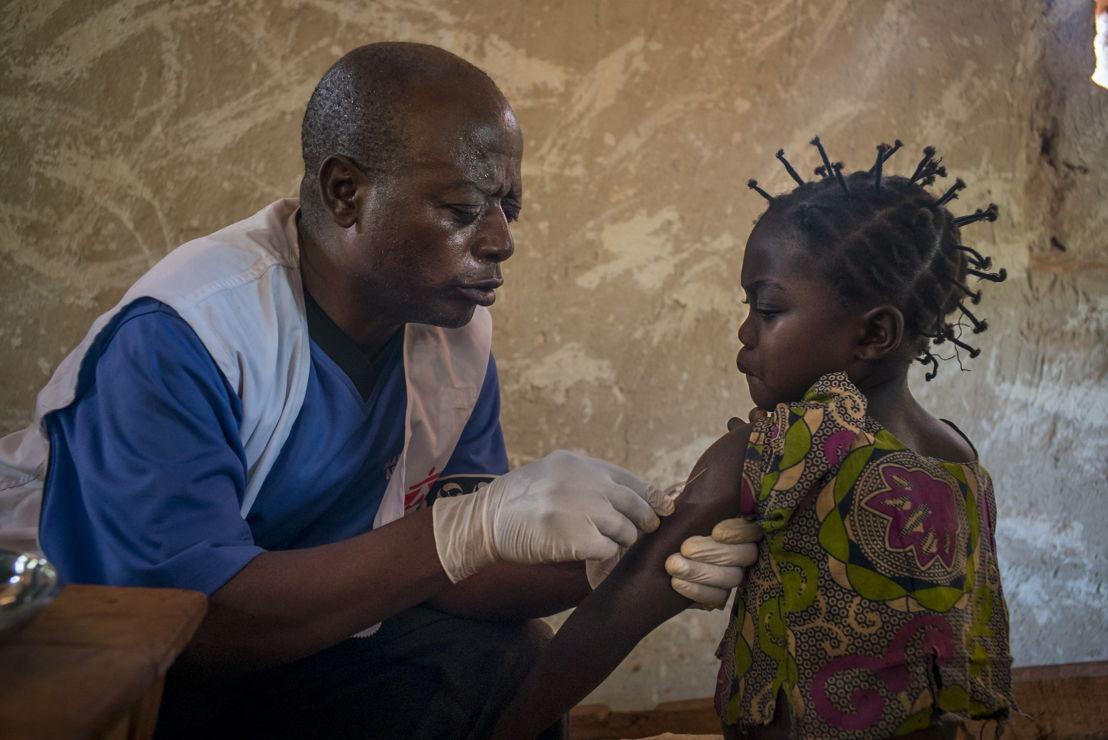 Een jong meisje wordt ingeënt tegen mazelen in het Congolese Kolo. Congo blijft geplaagd worden door mazelenepidemieën die steeds weer her en der opduiken © Diana Zeyneb Alhindawi