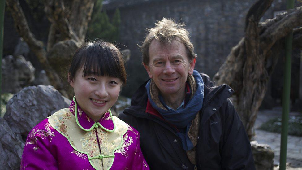 Michael Wood en vrouw in traditionele outfit in Yangzhou