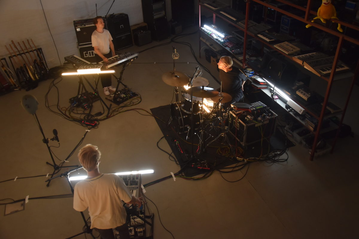 A mixture of spot microphones picked up the band, while Sennheiser AMBEO VR Mics were used as main microphones for immersive audio. The Neumann KU 100 binaural head served as a reference for the video editor