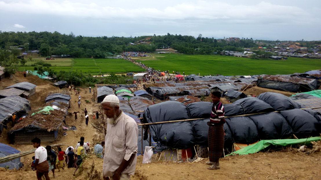 방글라데시에 있는 잠톨리 임시 정착지 전경. 미얀마 폭력사태를 피해 떠나 온 수천 명의 로힝야 난민들이 이곳에 머물고 있다. 국경없는의사회 진료소에서는 의료진이 하루 평균 110회의 진료를 제공하고 있다. © Paul Andrew Jabor/MSF