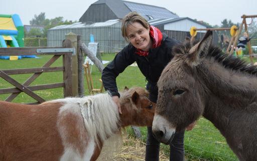 Katrien gaf enkele jaren les en runt nu een de kinderboerderij 't Hof.