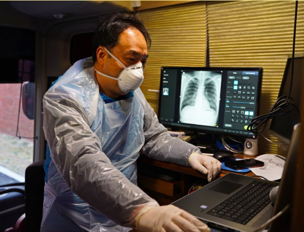 A physician working in a coronavirus care center nearby Daegu, South Korea, is using Lunit INSIGHT CXR to interpret chest x-ray image of a coronavirus patient. [Photo by Seoul National University Hospital]