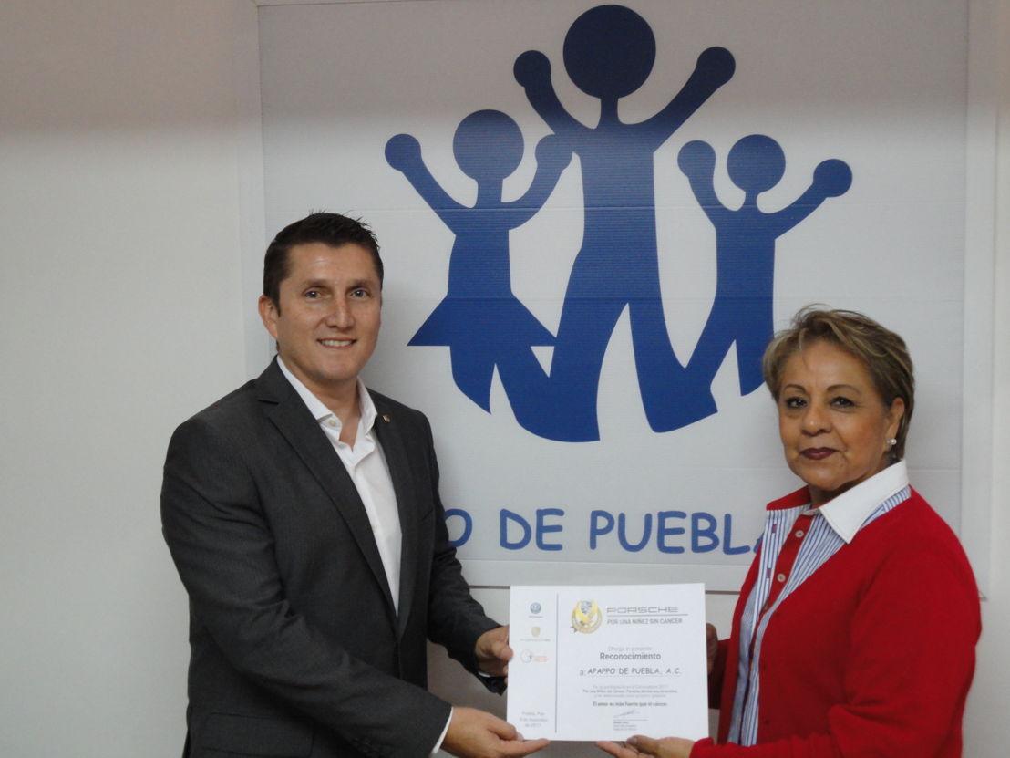 Edgar Casal, Director de Porsche de México, y Aidé Rosalía López Amador, Presidenta y Representante legal de Apappo