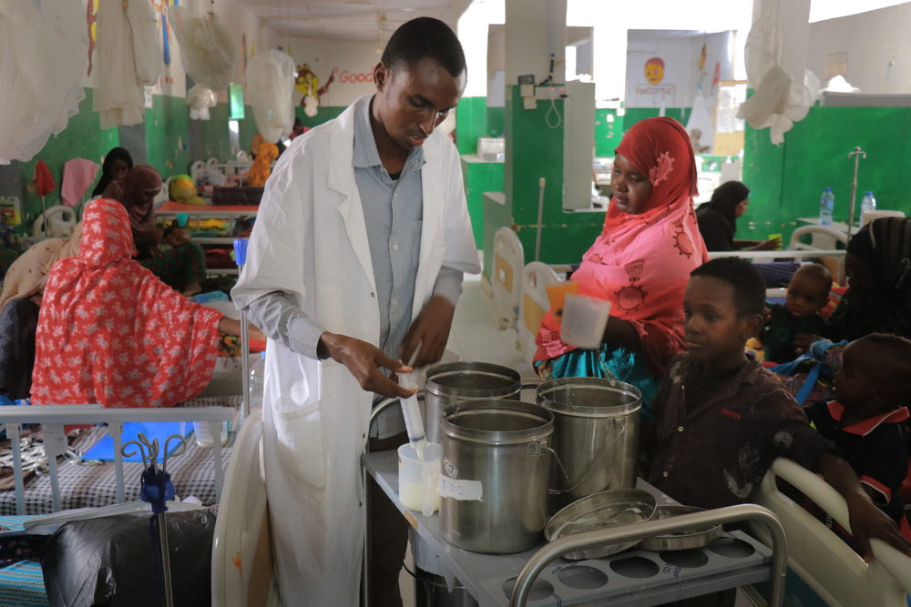 Un enfermero atiende a varios niños con desnutrición. Abdalle Mumin / MSF