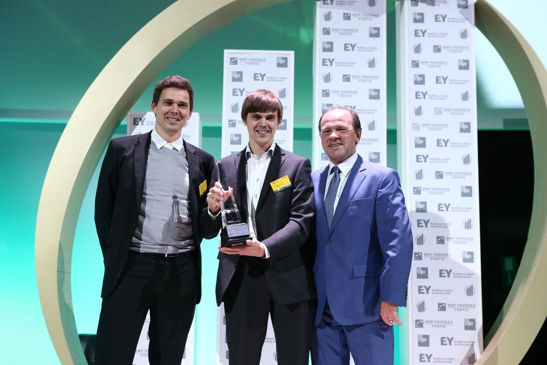 Destiny ontvangt de award 'Prijs van de Vlaamse Regering voor de Beloftevolle Onderneming' 2015 van Vlaams minister van Werk, Economie en Innovatie Philippe Muyters (c) Frédéric Blaise