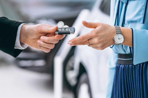 Mujeres ya representan el 40% de las búsquedas de autos, prefieren modelos usados