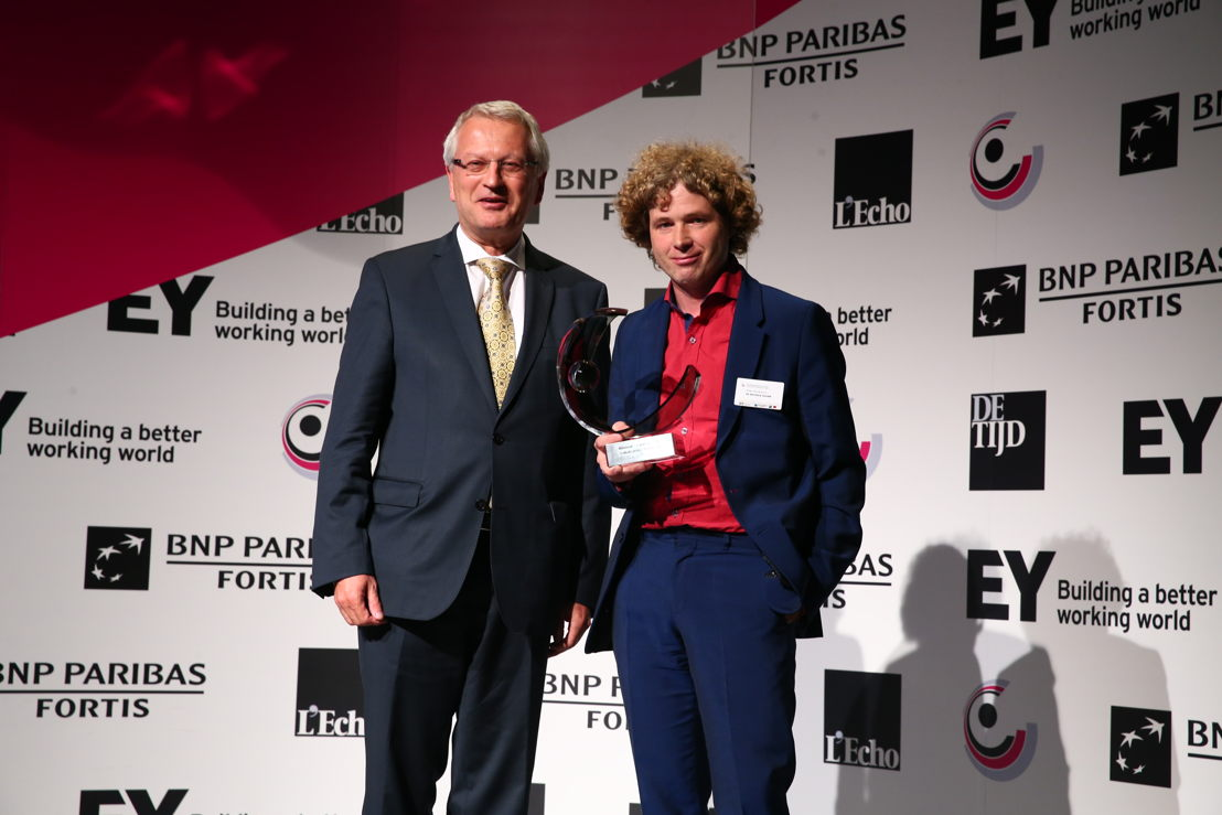 Johan De Muynck, General Director Zorgbedrijf Antwerpen, receives the award 'Local Public Organization of the Year' 2016 from Yvan De Cock, Head of<br/>Corporate &amp; Public Bank Belgium at BNP Paribas Fortis. ©EA/A2pix_F.Blaise