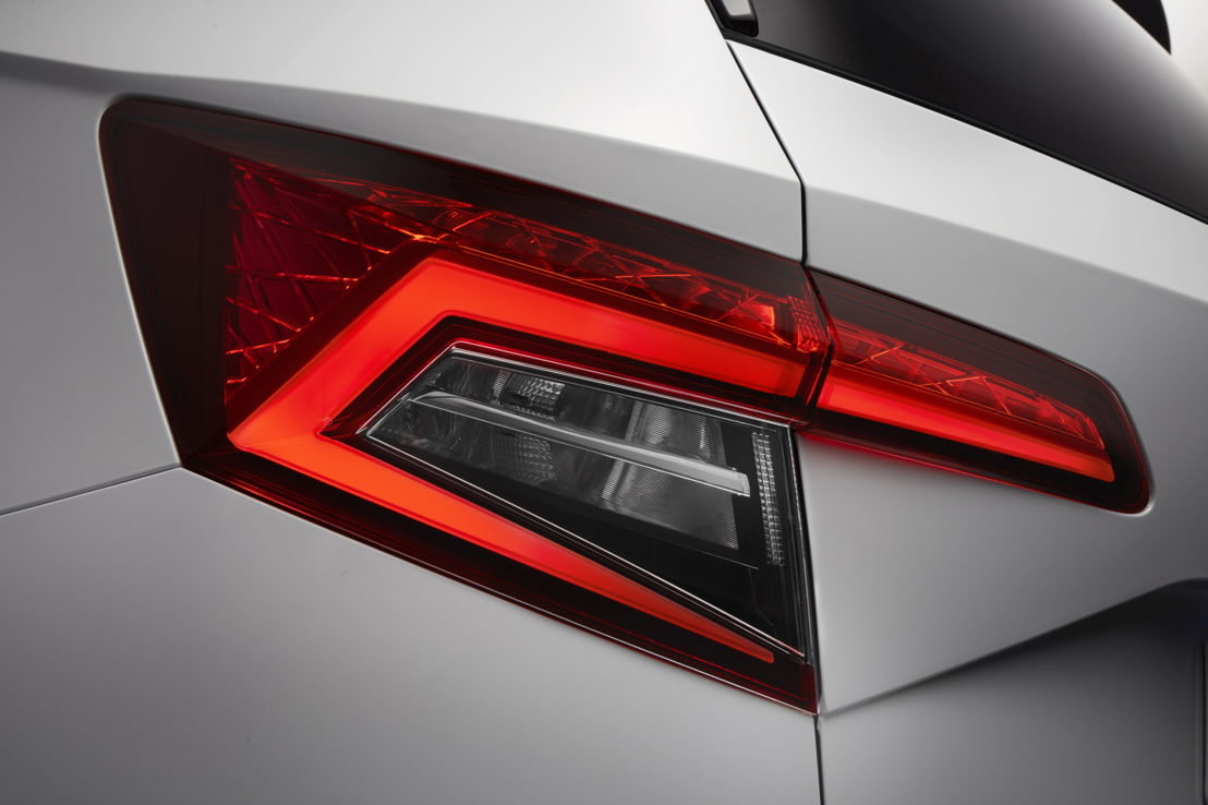 The tail lights with LED technology form the ŠKODA-typical 'C' shape. The tail lighting with LED technology includes the rear lights, brake lights and fog lights.