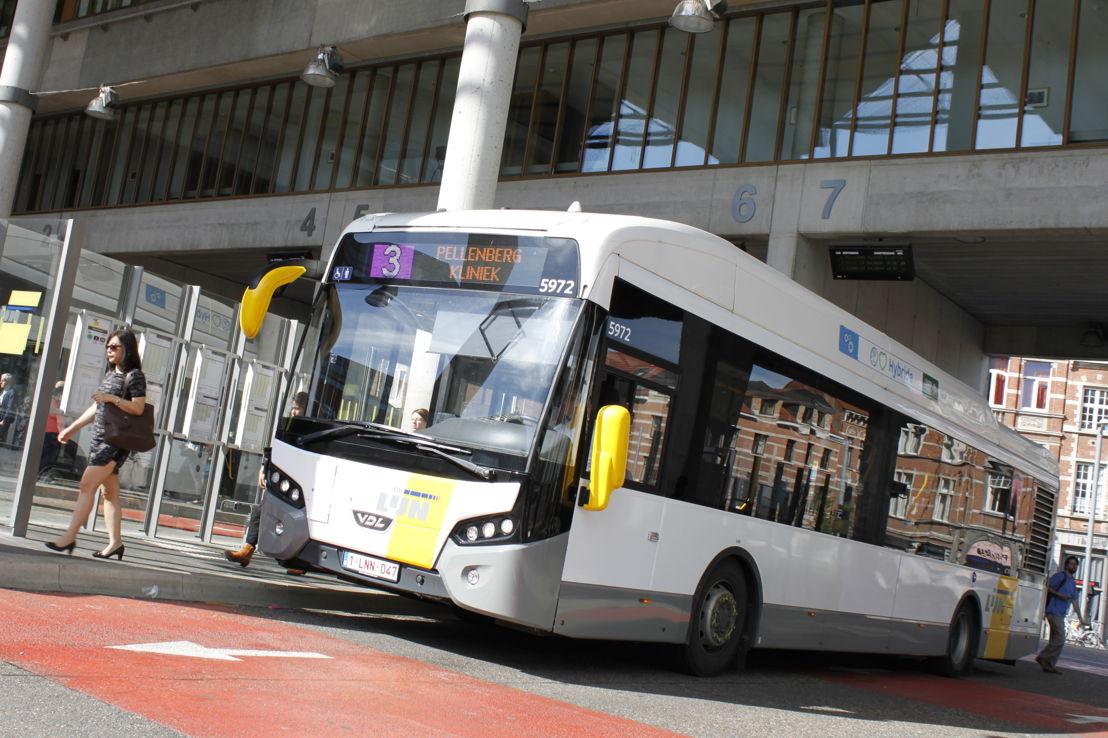 Een hybride bus (Citea SLE hybrid) in het busstation aan het Martelarenplein in Leuven.