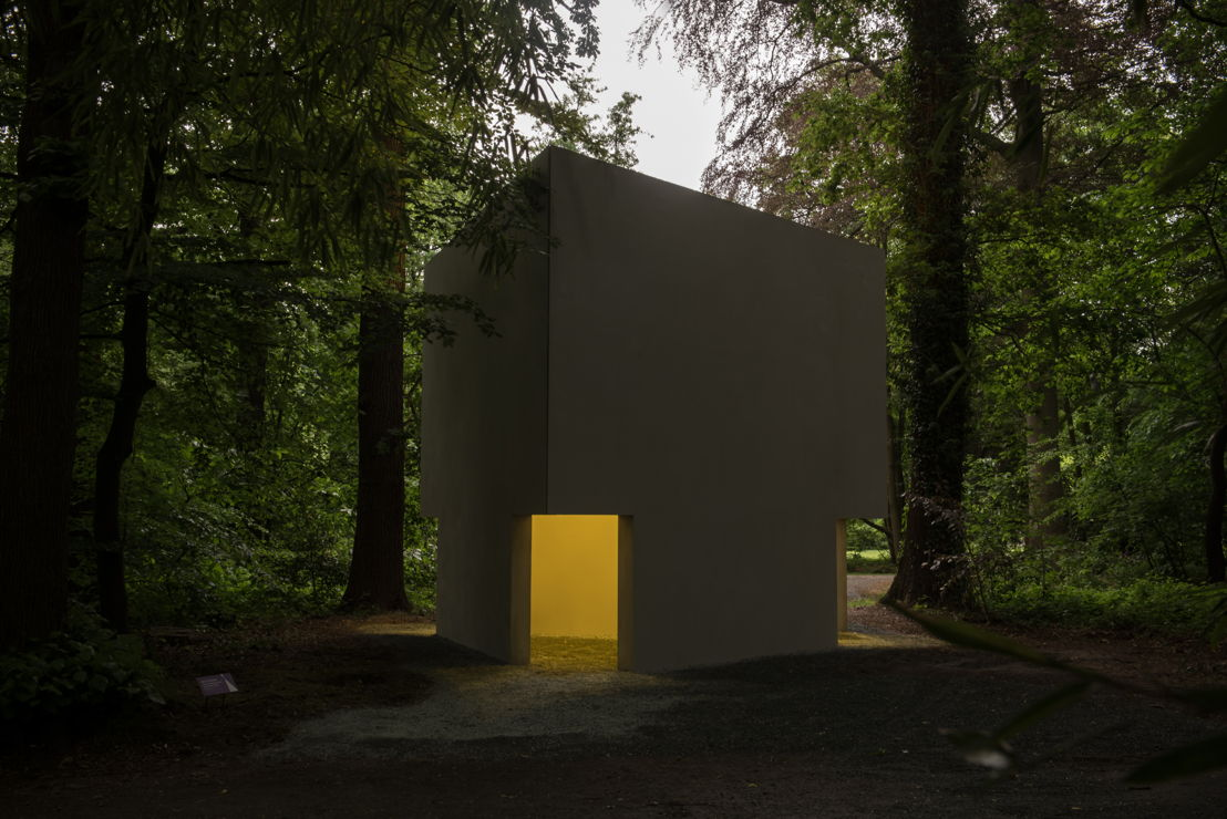 EXPERIENCE TRAPS<br/>Bruce Nauman, Diamond Shaped Room with Yellow Light, 1986-1990/2018, collection Middelheim Museum - photo Tom Cornille
