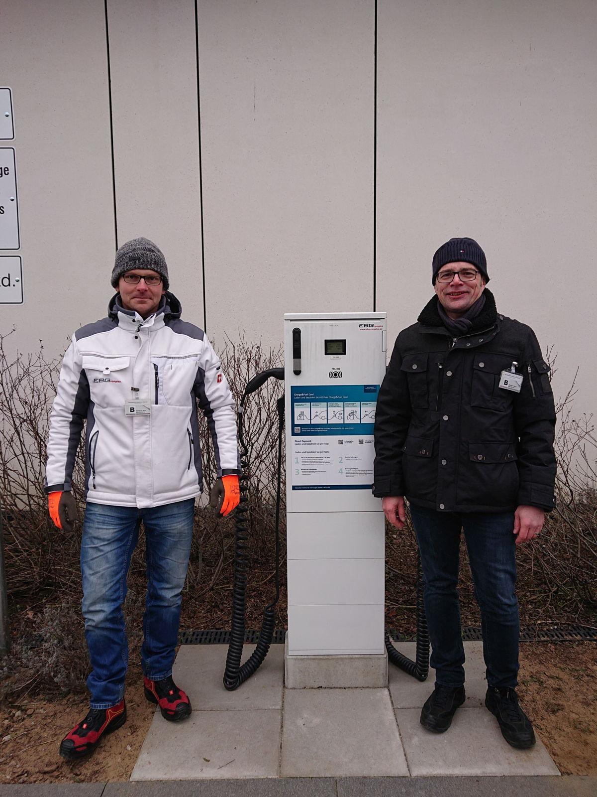 Zufrieden trotz Kälte nach erfolgreicher Umrüstung in Braunschweig: Techniker Adrian Szromik und Qualitätsspezialist & QMB Ingo Seibert von Compleo (v. links).