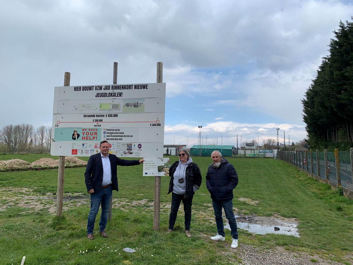 Foto: gedeputeerde Gunther Coppens, burgemeester Michel Doomst en Sonja Van Laethem van vzw Jeugdlokalen Aurora Oetingen bij de plaats waar het jeugdlokaal komt.