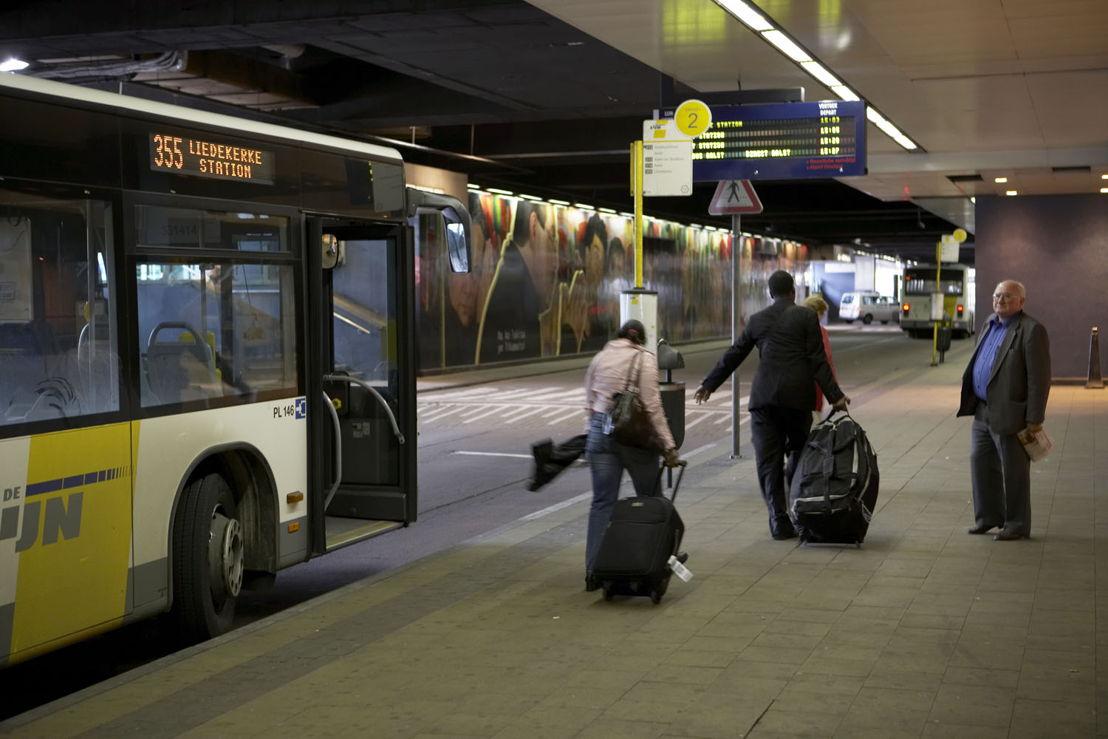 De eindhalte van een bus onder het station Brussel Noord.