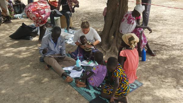 Een dokter van AZG controleert een ondervoed  kind