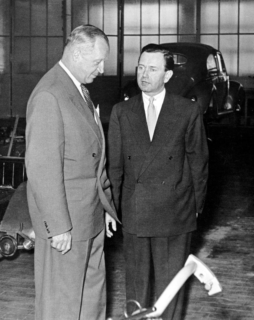 1948. En septiembre Ferry Porsche (der.) negocia un contrato con Heinrich Nordhoff, gerente director Volkswagenwerk GmbH