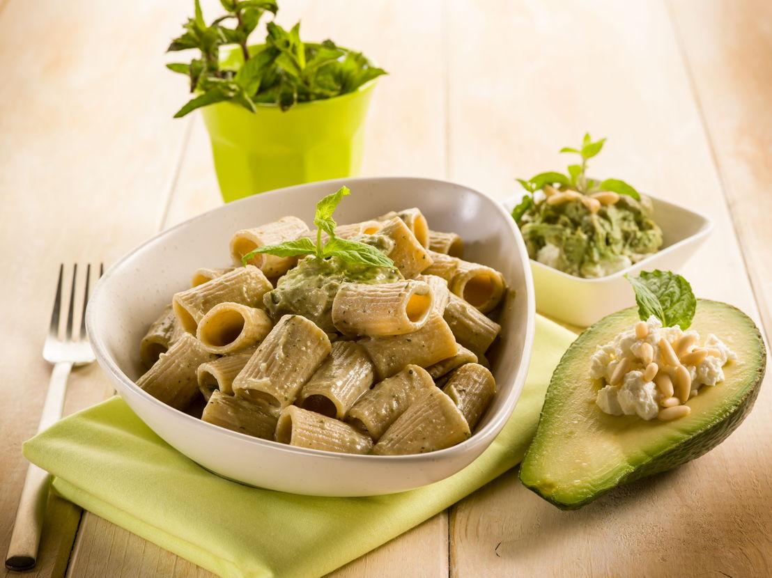 Pasta integrale con avocado, pinoli e ricotta